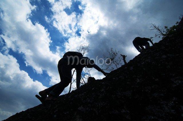 Jalan menuju puncak Gunung Nglanggeran tidak hanya satu saja. Jika kamu ke arah kanan setelah pendopo, kamu bisa mencoba jalur yang sedikit curam dan kamu harus scrambling untuk melewatinya. (Benedictus Oktaviantoro/Maioloo.com)