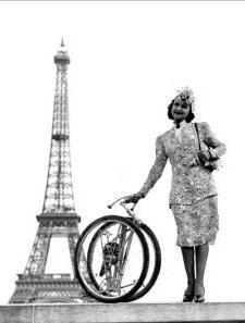 """""""Bicyclette pliante"""". Paris, octobre 1945. LAPI-38010© LAPI / Roger-Viollet"""
