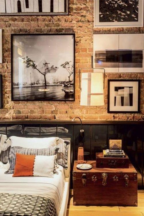 quarto com decoração estilo industrial, parede de tijolos a vista rústica, quarto masculino, mala antiga como criado mudo, quadros em preto e branco na parede