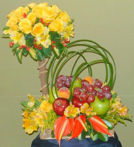 Arreglo de flores y frutas. By Floreria Mariuxi