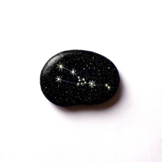 Galet peint constellation du Taureau