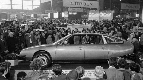 Enero de 1974.El Citroën CX se presenta en el Salón de París. Menos revolucionario que el DS al que reemplaza, el CX es la síntesis de las investigaciones técnicas de la Marca. Conjunto motor-cambio situado transversalmente delante, suspensión hidroneumática de altura constante, cuatro ruedas independientes, limpiaparabrisas monobrazo, luneta trasera cóncava, y también cuadro de instrumentos futurista.