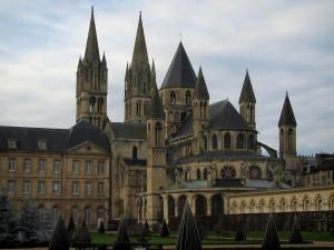 Caen - Abbaye-aux-Hommes (bâtiments conventuels abritant l'hôtel de ville (mairie) et église Saint-Étienne) et esplanade Jean-Marie Louvel