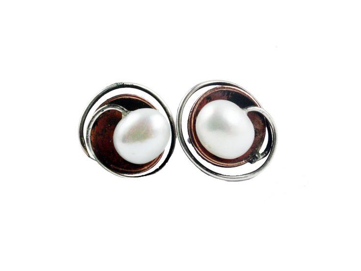 Perle ørestik i kobber skål