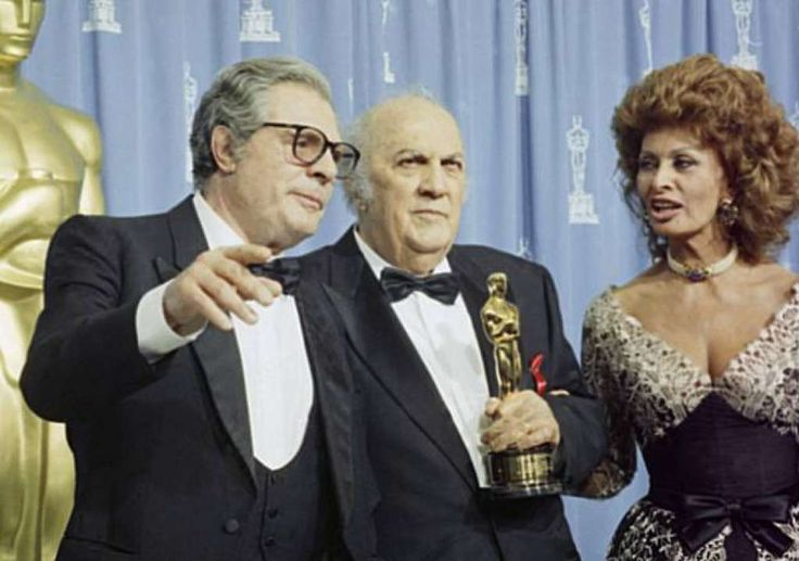 Marcello Mastroianni, left, talks with Federico Fellini and Sophia Loren after Fellini were awarded a honorary Oscar for lifetime achievement at the 65th Annual Academy Awards in Los Angeles, Monday, March 29, 1993. (AP Photo/Reed Saxon) Photo: Reed Saxon
