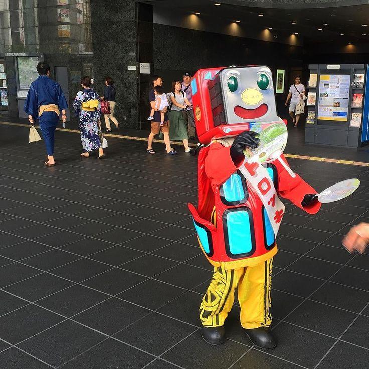 На вокзале встретил Паровозыча который раздавал прохладительные веера и приглашал прокатиться #Арасияма #жд #вокзал #поезда #веер #веера #Киото