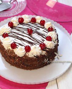 On clôture l'année avec un grand classique de la pâtisserie francçaise : La forêt noire ! Vous êtiez nombreuses personnes à m'avoir demandé la recette, j'ai donc profité d'une occasion spéciale pour le préparé : Mon anniversaire que j'ai fêté il y a deux...