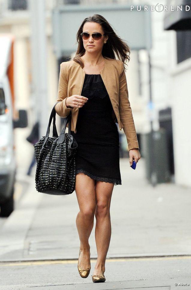 PHOTOS , Toujours très élégante, Pippa privilégie les chaussures plates ou  les petits talons lorsqu\u0027elle porte de robes courtes.