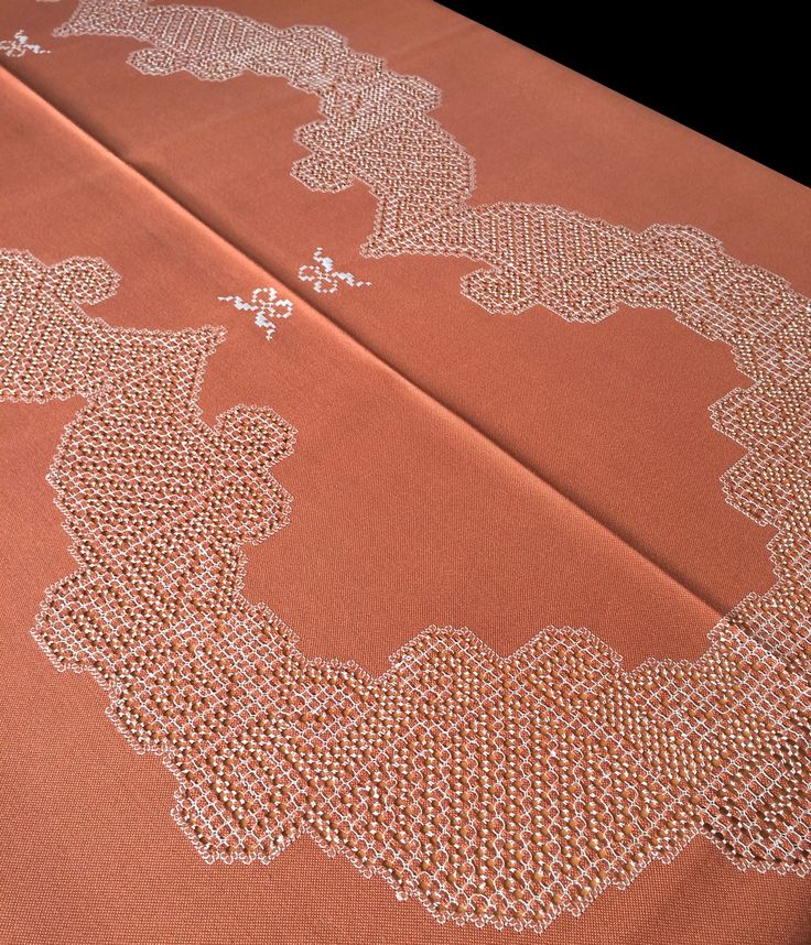 """Mantel de Lagartera Bordado A MANO, totalmente bordado con la técnica del clásico """"deshilado"""" o filtiré y punteado en blanco, sobre tela de color teja, muy elegante.  Este bordado se llama """"Lazos sencillos"""", el nombre se lo pone la familia que borda este dibujo, por unos pequeños lazos blancos que salpican el mantel.  Estos manteles tan tradicionales quedan fenomenal con una vajilla moderna, una auténtica obra de arte en tu mesa. Compralo en www.lagarterana.com"""