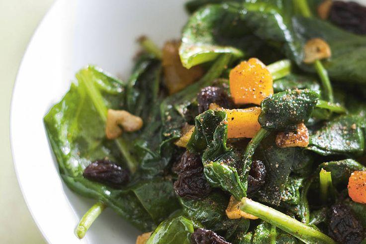 Kijk wat een lekker recept ik heb gevonden op Allerhande! Gebakken spinazie met rozijnen en abrikozen