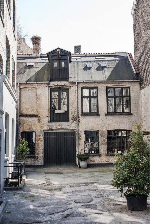 Az alábbi lakásról mindössze annyit tudni, hogy Koppenhágában van és elképesztően jól néz ki. Kívülről is nagyon romantikus a ház, de belül sikerült igazán nagyot alkotni.        Imádni való, eklektikus részlet a nappali faláról.     A régi és az új, ipari, rusztikus, modern és retro stílusok keverése -...
