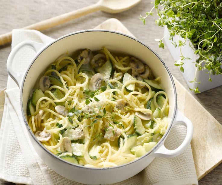 Spaghetti con zucchine e funghi in una sola pentola