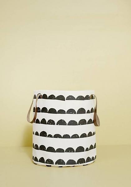 Ferm Living Mand zwart/wit katoen Basket Half Moon 35x40cm - wonenmetlef.nl