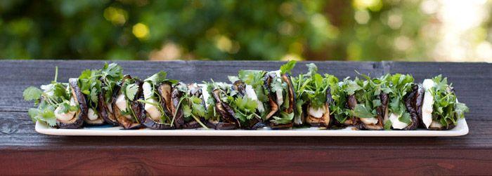 Mini tacos de berenjena.  Horneados a fuego fuerte 8 min por lado con queso y cilantro.