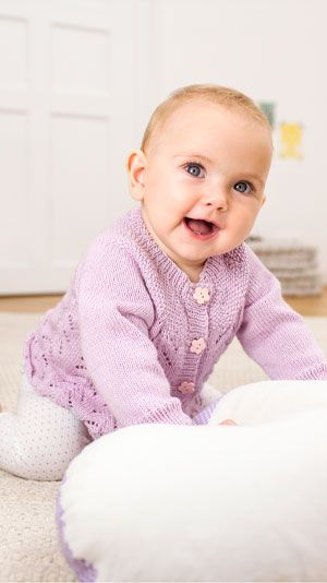 Strik en fin cardigan til baby. Cardiganen er strikket i hulmønster og perlestrik.