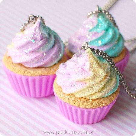 colar cupcake sabor unicórnios arco-iris com glitter - rainbow unicorns cupcake charm necklace full of glitter - kawaii jewelry, lolita accessories, polymer clay miniature food
