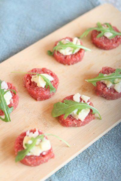 hapjes met vlees: ossenworst met truffelmayo