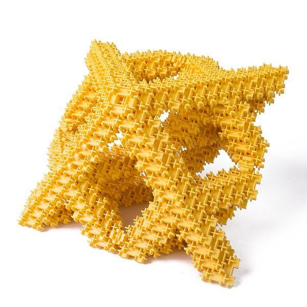 Фрактал – это фигура, отличающаяся чрезвычайно сложным строением. В неживой природе фракталом является любой кристалл, снежинка, морозные узоры на окнах. Тело в форме фрактала имеют кораллы, морские ежи и морские звёзды, а фракталами-овощами являются ананасы и капуста брокколи. Если мы увеличим простую фигуру, например, квадрат, то увидим, что он состоит из простых прямых линий. Как не увеличивай фрактал, его элементы не станут выглядеть проще.