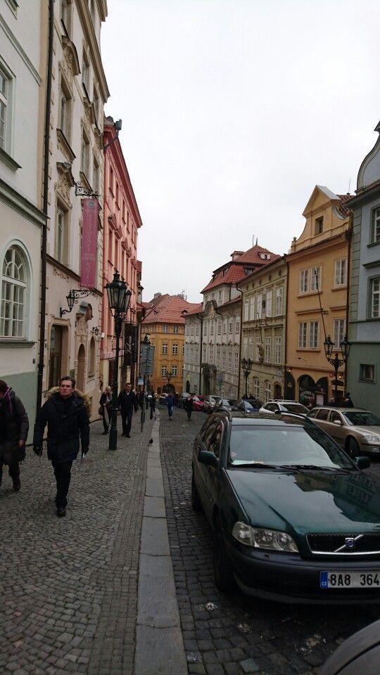 Nerudovaes una calle muy pintoresca delBarrio Pequeñode Praga. Comienza en una esquina de laPlaza de Malá Stranay sube hacia el oeste por la ladera de la colina. Una vez en lo alto se puede continuar por unas escalinatas (Radnické Schody) que flanquean dos grandes estatuas para recorrerHradcany, o bien seguir hacia la derecha (Ke Hradu) para ir alCastillo de Praga.  Recorrer esta calle camino del castillo, si bien significa un considerable esfuerzo puesto que es bastante empinada, es…