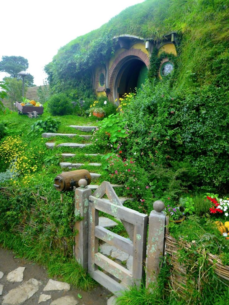 Look familiar? Visiting Hobbiton was outstanding! The price of the standard tour of the Shire was steep ($75/person) but I had a really great time. Guides are local, though, and very knowledgeable about the area and knew everything about all the films.