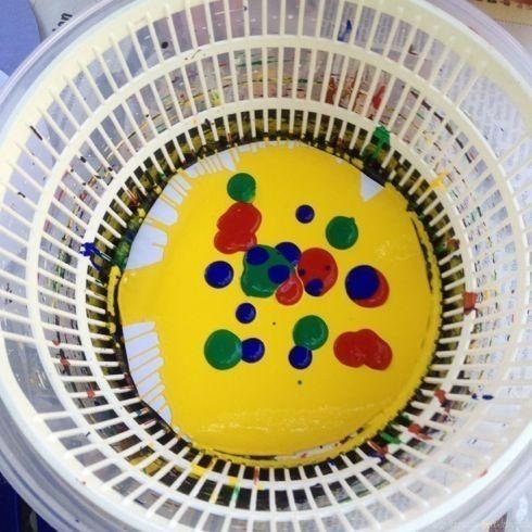 Eine ausgediente Salatschleuder muss nicht in den Müll, sondern kann noch als Malwerkzeug genutzt werden.