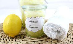 Zitronen-Meersalz-Peeling schnell selbst gemacht, natürlich, belebend und pflegend auf  http://lifestylemommy.de/beauty-diy-duschpeeling/