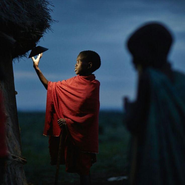 África subsahariana la región del continente africano que posee casi la mitad de la población sin acceso a la electricidad avanza rápidamente gracias a las energías renovables. Con altos números de población rural emprendedores como M-KOPA y Off-Grid Electric entre otros han decidido producir kits solares autónomos que son de fácil acceso para los pobladores. De esta forma les brindan acceso a la electricidad aprovechando los recursos naturales. Además capacitan a las comunidades para que…