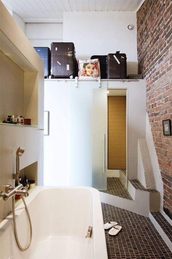 Lovely bathroom from Glorian Koti magazine 9/2013. And look at the luggage! Photo Riitta Sourander.