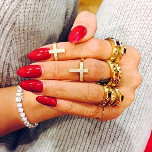 Les ongles longs en forme d'amande rouge brillant de Rihanna