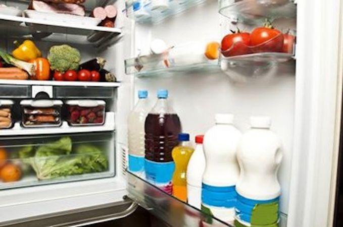 Utiliser des bouchons de liège pour se débarrasser des mauvaises odeurs de son frigo. Vous placez simplement deux ou trois bouchons de liège dans le réfrigérateur. N'oubliez pas d'enlever en outre tous les fruits et légumes ou fromages coupables des vilaines odeurs, sinon les bouchons ne vous serviront à rien.