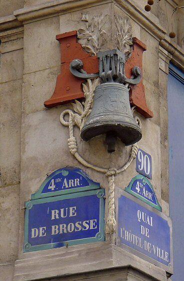 Une belle cloche à l'angle de la rue de Brosse et du quai de l'Hôtel-de-Ville  (Paris 4ème).