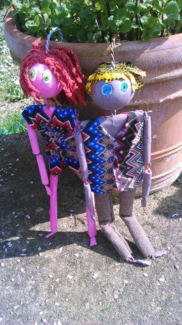Juliette et Kali,  marionnettes articulées, manipulées par une tige fixée sur le haut de la tête, Cie Kolo.