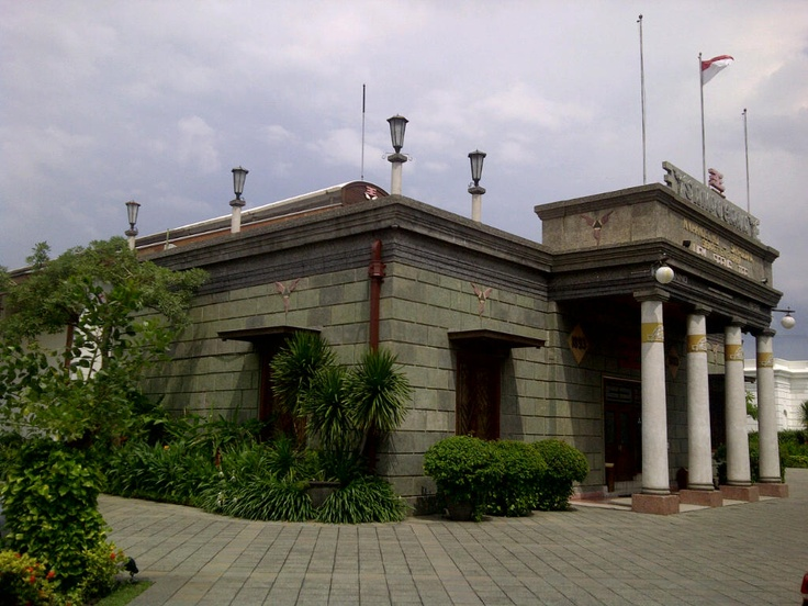 Ranked #4 of 31 things to do in Surabaya and #2 of 26 other sights in Java by Lonely Planet. A private-owned museum with live exhibits, art gallery, café and souvenirs' shops.