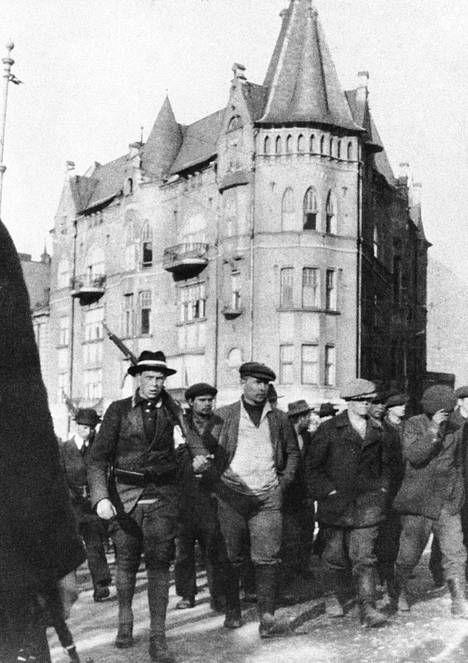 Punakaartilaisia Helsingissä keväällä 1918.