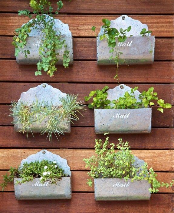 Gefäß und Pflanze werden zum Highlight: einfach mal Blümchen in Briefkästen pflanzen. #homestory #homestoryde #home #garden #wall #inspiring #flowers #decoration