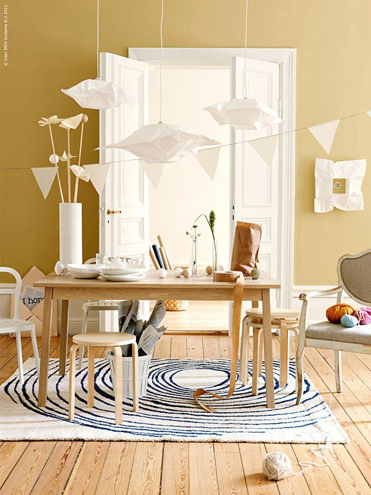 Att klippa och vika papper som dekoration till ett rum eller en dukning är kul. Papperslamporna inspirerar och det blir ett härligt pysselrum av pappersblommor, lampor och girlanger.