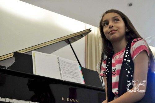 Reconoce INBA a niña prodigio del piano de la Universidad de Colima