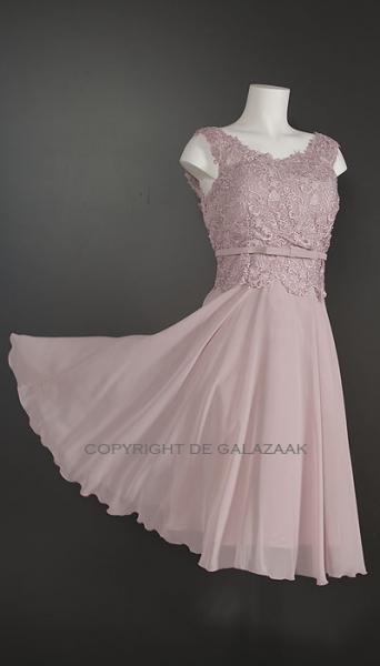 Oud roze korte jurk met kanten top en brede hals 3288