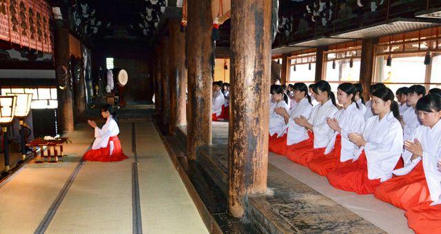 本殿で参拝する巫女研修会の参加者たち=上京区の北野天満宮