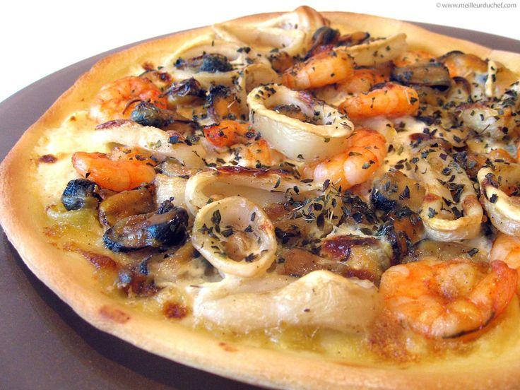 PIZZA FRUITS DE MER (pâte à pizza, moules, calamars, crevettes roses, huile d'olive, ail, crème, sel/poivre)