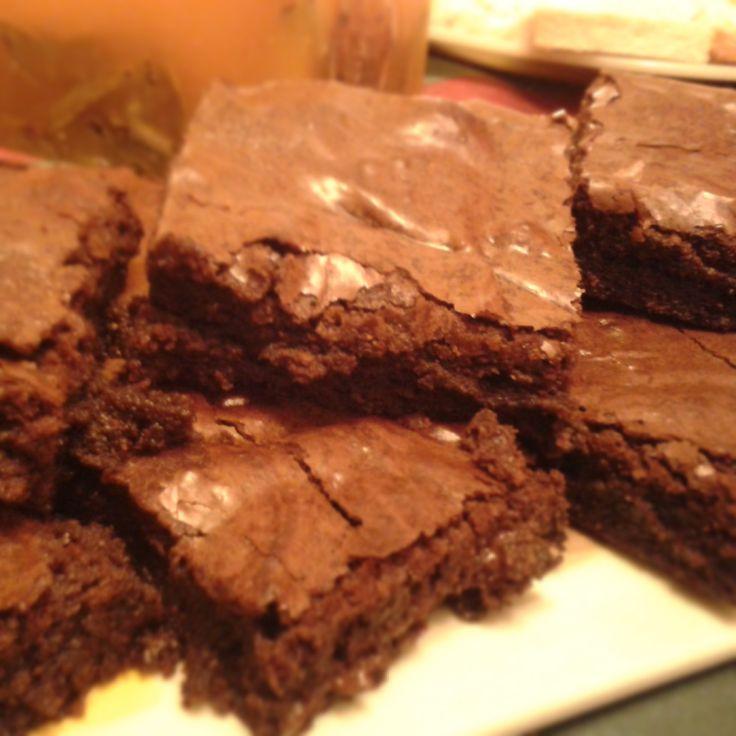 Brownies   Los Mejores Brownies del Mundo! Con una capa fina crujiente, y blandito por el centro, usando chocolate de 70% cacao...no hay NADA mejor.   $16.000 para 16 barras