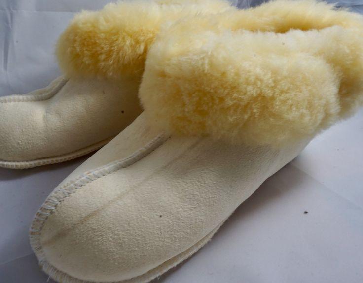 Unsere flauschigen Lammfell Hüttenschuhe sind da und sie sind ein Renner!!! Hab auch du warme Füße ... http://5xd.de/produkt/huettenschuhe/  #hüttenschuhe #hausschuhe #lammfell