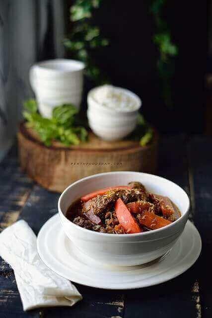 1. Tumis bawang merah iris, lengkuas, dan daun salam sampai harum.  2. Masukkan daging. Aduk sampai berubah warna. Tambahkan tomat. Aduk sampai setengah layu.  3. Tuangkan kecap manis, garam, merica, bubuk pala, dan gula pasir. Aduk rata.  4. Masukkan kentang dan air. Aduk rata. Masak sambil sesekali diaduk sampai matang.....       find out more indonesian cuisines recipes and tips at cook-in2.com