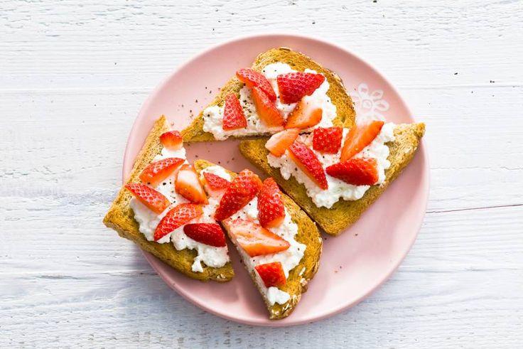 Oergraan spelt bevat vitamines en mineralen, hüttenkäse bevat (weinig) verzadigd vet en is lekker slank Recept - Spelttoast met hüttenkäse, aardbei en peper - Allerhande