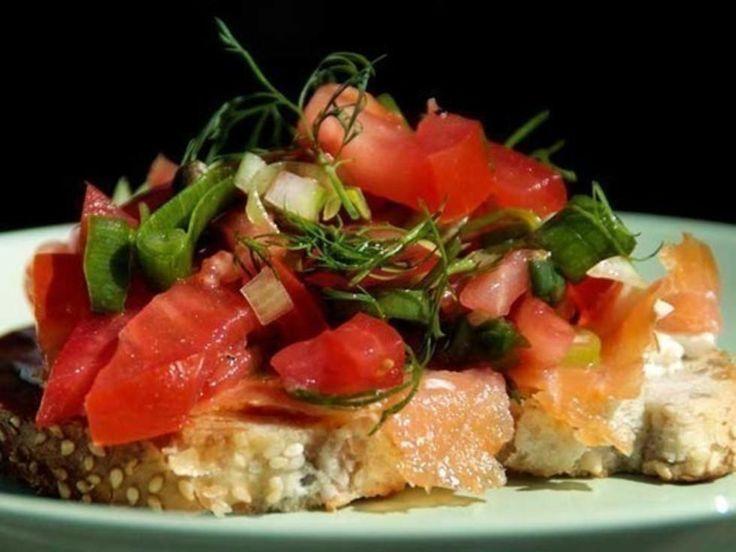 Tomatsalsa, med eller uten laks, er super nistemat. Tilbered salsaen før dere går, ha den i en tett boks og ta med brød. Kilde: Margit Vea for dinmat.