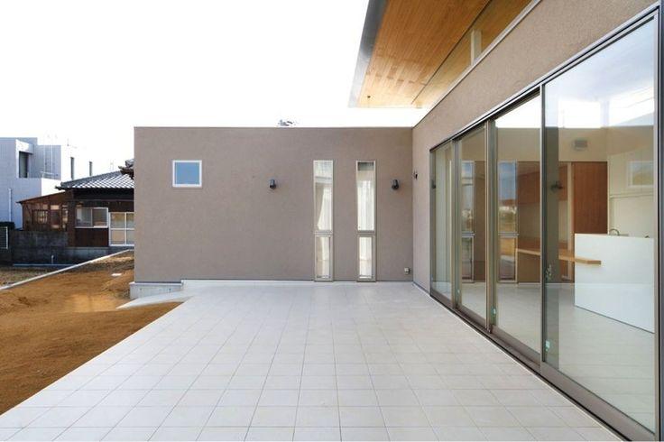 開放的なタイルデッキテラス(『K3-House』ペットと共に生き生きと暮らす住まい)- アウトドア事例