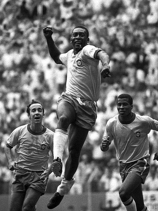 © Foto de Orlando Abrunhosa. Pelé comemora um gol acompanhado em segundo plano por Jairzinho e Tostão. México, 1970.
