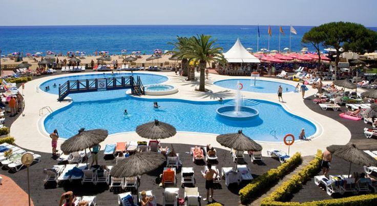 Ein kilometerlanger Sandstrand, warme Sonnenstrahlen, tiefblaues Meer und ein Hotel, das zum Entspannen einlädt — freu dich im September auf …