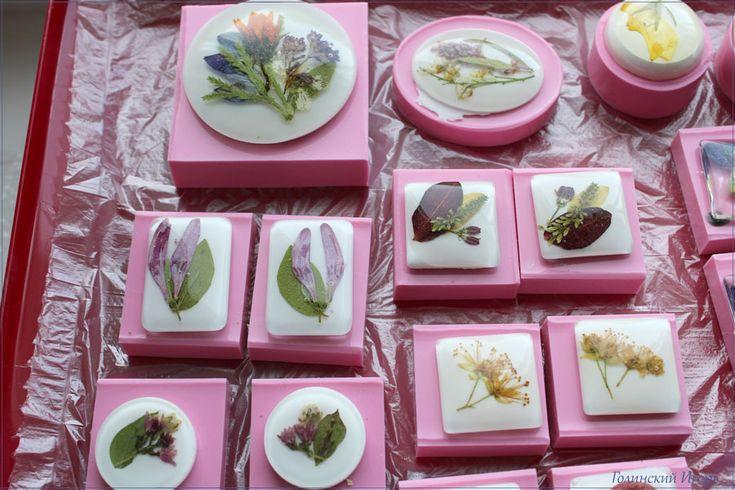Цветы в эпоксидной смоле, фон из масляной краски
