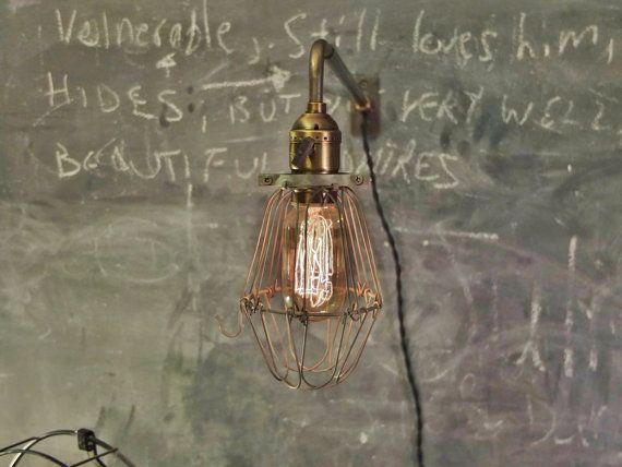 Kanal Ihre innere industrieller mit dieser fantastischen Wandhalterung Lampe. Inspiriert vom frühen 20. Jahrhundert Design, diese Lampe verfügt über